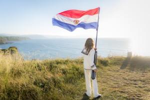 Karlitos con la Bandera Paraguaya