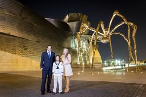 Sesión de Karlitos y familia en el Guggenheim de noche