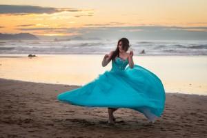 Liz jugando en la playa